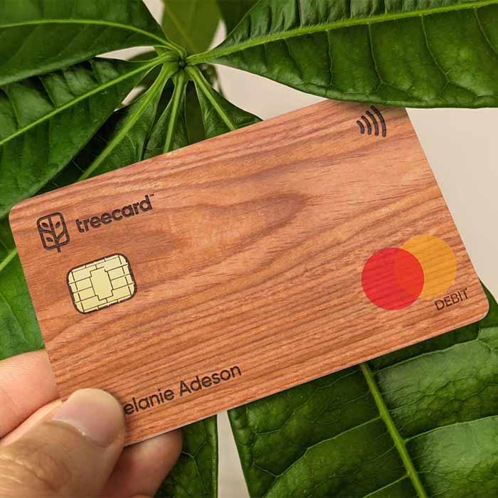 Ecosia investit dans la fintech TreeCard, avec une carte bancaire en bois